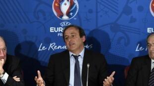 Michel Platini (centre) dévoile le calendrier de l'Euro 2016, à Paris, le 25 avril 2014.