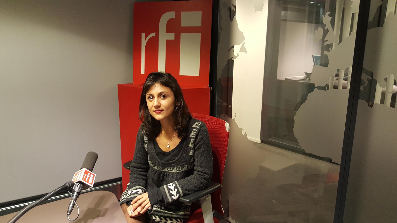 شبنم زریاب، نویسنده و سینماگر افغان در استودیوی رادیو بین المللی فرانسه