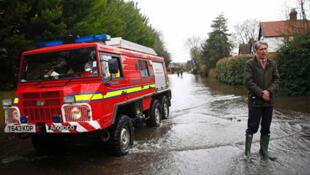 Le secrétaire britannique à Défense, Philip Hammond parle aux médias après l'inondation par la Tamise du village de Wraysbury au Sud de l'Angleterre, le 11 février 2014.