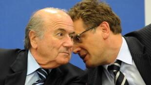 L'ancien président et l'ancien secrétaire général de la Fifa, Sepp Blatter (g) et Jérôme Valcke, lors d'une conférence de presse à Nassau, aux Bahamas, le 31 mai 2009