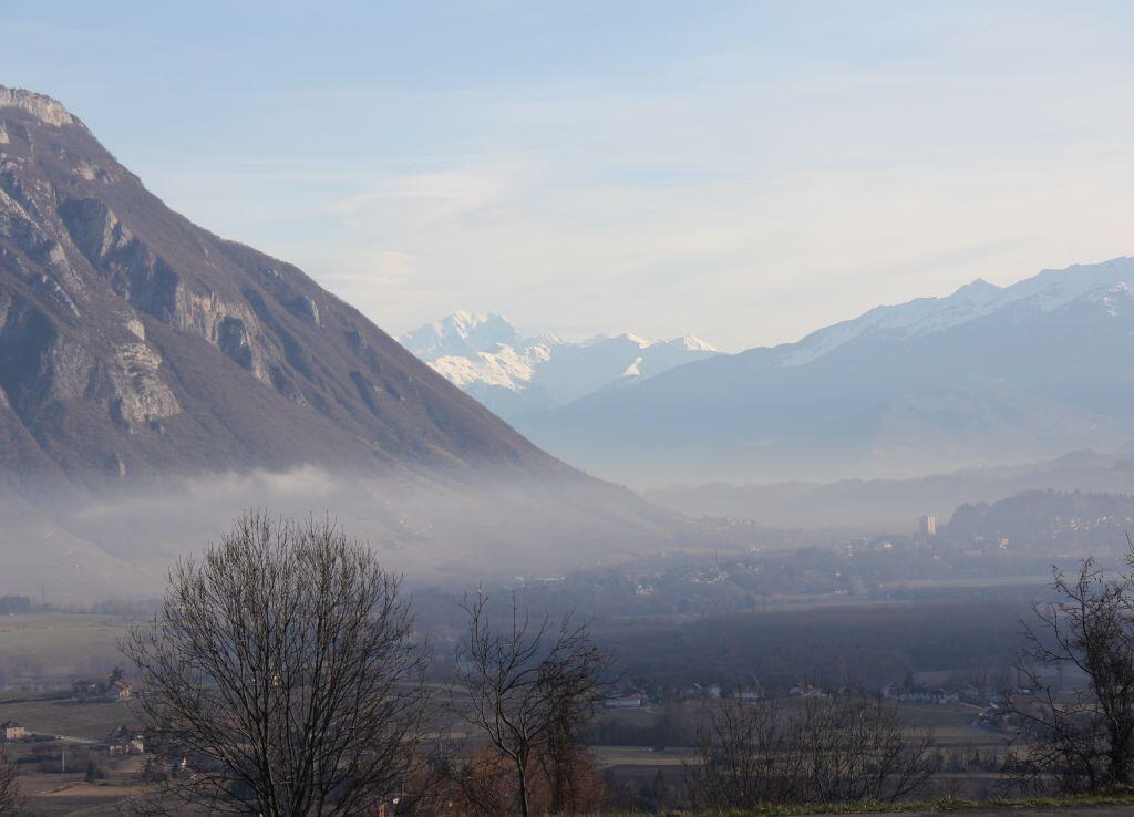Le paysage savoyard. Au loin le Mont Blanc.