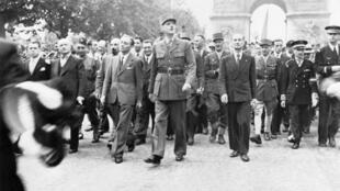 El general de Gaulle desfila por los Campos Elíseos después de la liberación de París.