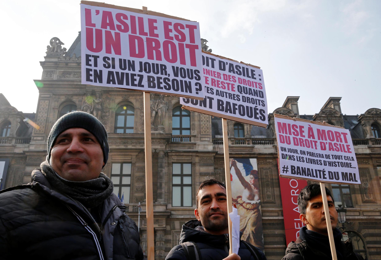 """""""El asilo es un derecho. Y si ud. algún día lo necesitara?"""" o """"El derecho de asilo fue ejecutado"""", son algunas de las pancartas de protesta ante el proyecto de ley sobre la inmigración, el 21 de febrero de 2018."""