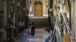 Préparatifs dans un couloir du palais présidentiel à La Valette, le 4 octobre 2012.