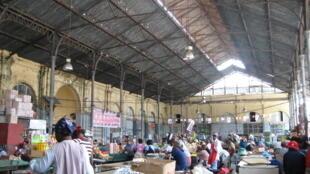 Um mercado de Maputo, capital de Moçambique.