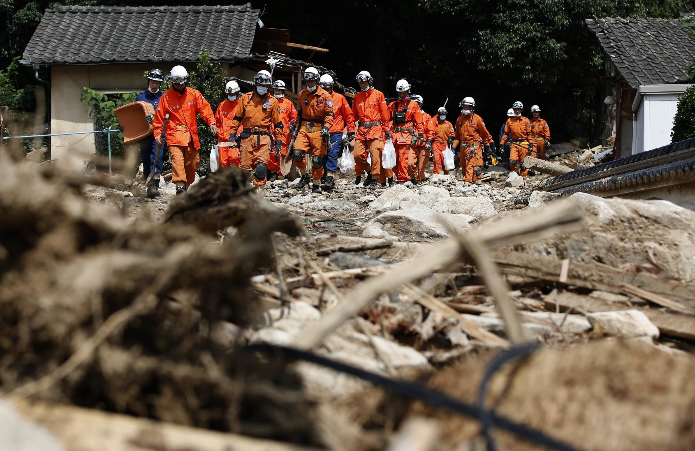 Lính cứu hỏa tìm kiếm người sống sót sau vụ lở đất ở Hiroshima, ngày 23/08/2014.