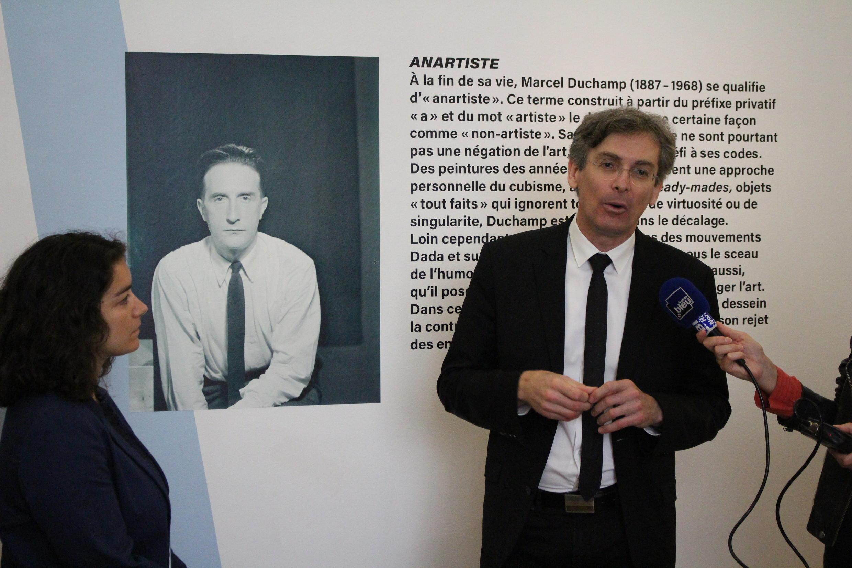 سیلون امیک، رئیس مجموعه موزههای شهر روآن در نمایشگاه آثار مارسل دوشان
