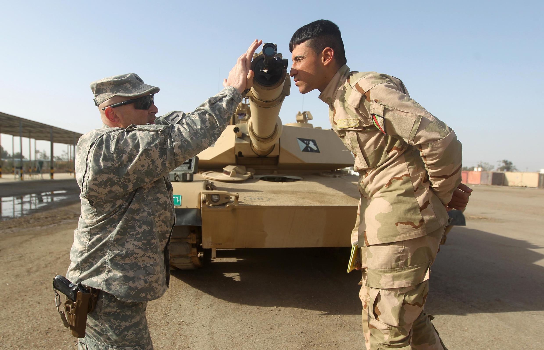 Base de Taji, no Iraque. Soldados iraquianos a receberem formação norte-americana. 7 de Janeiro de 2015.