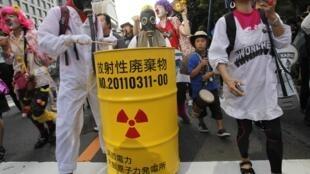 东京街头参加反核示威的市民 2012 7 29