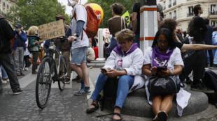 """""""La salud no es una mercancía"""", se lee en una pancarta de un manifestante que reclama mejores condiciones laborales para el personal sanitario el 30 de junio de 2020 en París"""