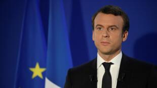 Emmanuel Macron devant le drapeau de l'Union européenne.