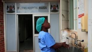 Un personnel soignant se lave les mains dans un hôpital de Harare (Zimbabwe), le 11 mars 2020.