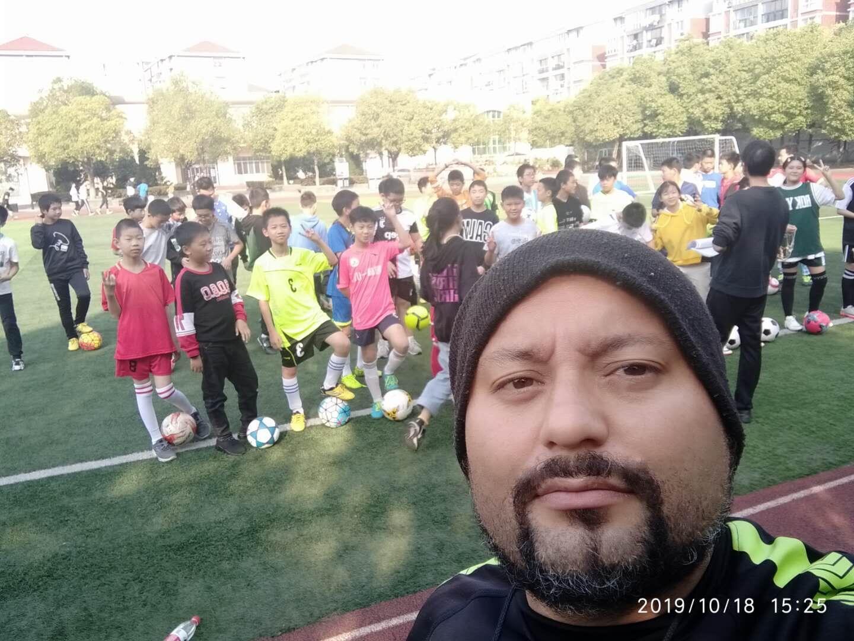 Marcelo Alves vive na China há três anos e é professor de educação física e treinador de futebol