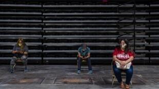 Californianos praticam o distanciamento social enquanto aguardam uma doação de sangue na Arena Pechanga em San Diego, 14 de abril de 2020.