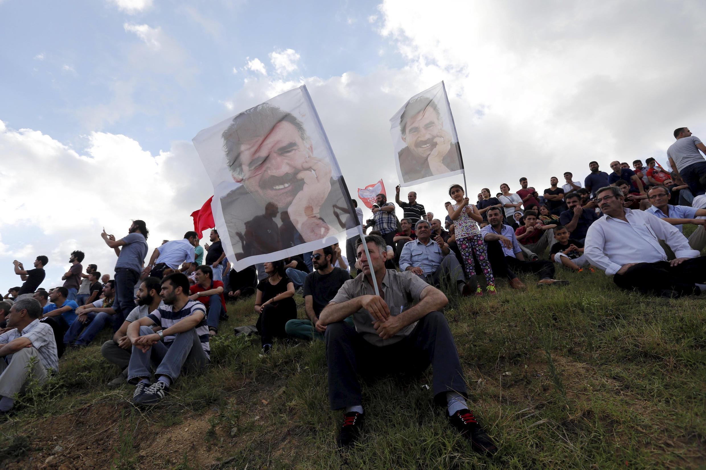 Des portraits d'Abdullah Ocalan leader emprisonné du PKK, brandits lors des funérailles de l'une des 32 victimes de l'attentant de Suruç.