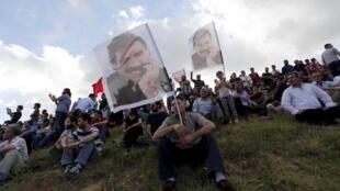 El retrato de Abdullah Ocalan, líder encarcelado del PKK, en el entierro de varias de las 32 víctimas del atentado de de Suruç.REUTERS/Murad Sezer