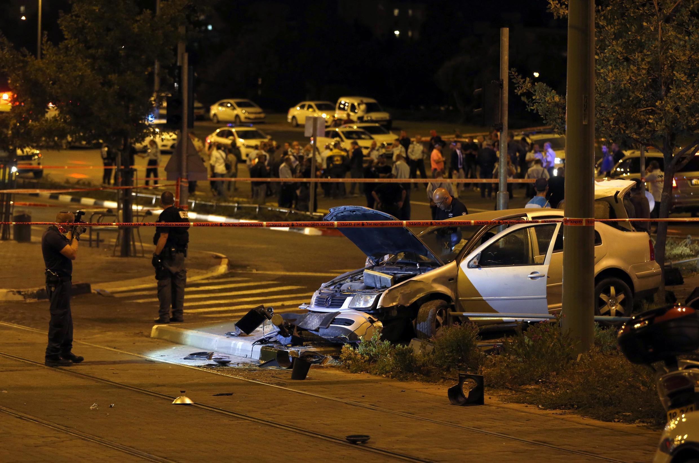 La police israélienne sur le lieu où une voiture à tué un bébé et fait plusieurs blessés à un arrêt de tramway, à Jérusalem,  le 22 octobre 2014. Une «attaque terroriste», selon le gouvernement israélien.