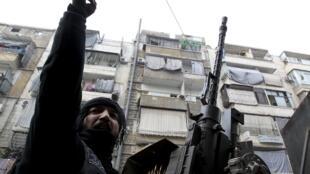 Membro do Exército Sírio Livre patrulham a cidade de Aleppo, nesta quarta-feira.