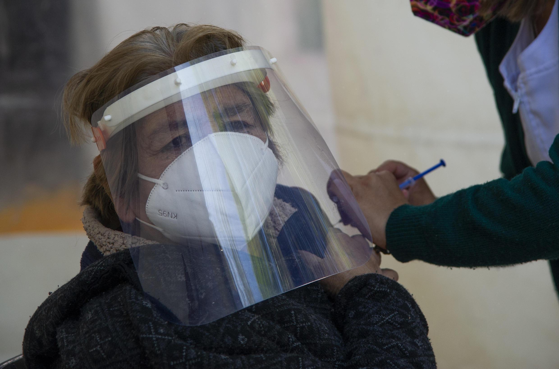 Una mujer recibe la primera dosis de la vacuna de AstraZeneca en Ciudad de México, el 15 de febrero de 2021