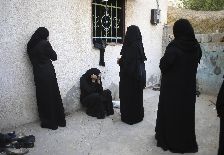 Mulher chora a morte dos pais causado por um um bombardeio aéreo neste domingo (10) em Khan Younis na Faixa de Gaza.