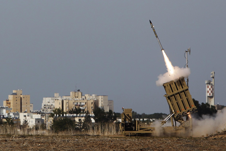 Lançamento da aviação israelense para interceptar foguete disparado da Faixa de Gaza, em direção ao sul de Israel nesta sexta-feira,