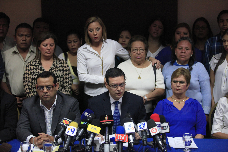 Familiares de ex militares arrestados en una conferencia de prensa en San Salvador, 8 de febrero de 2016.