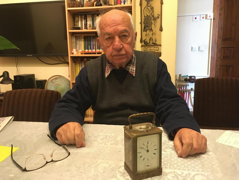 «До войны это были наши домашние часы, — рассказывает Давид Таубкин. — Уходя в гетто, мама оставила их соседке, эстонке по фамилии Зигель. После войны, когда мамы уже не было, она пришла и отдала нам с отцом часы. Они идут до сих пор».