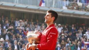 Novak Djokovic akiwa ameshika kikombe chake alichokabidhiwa baada ya kushinda taji la French Open 2016 dhidi ya Murray