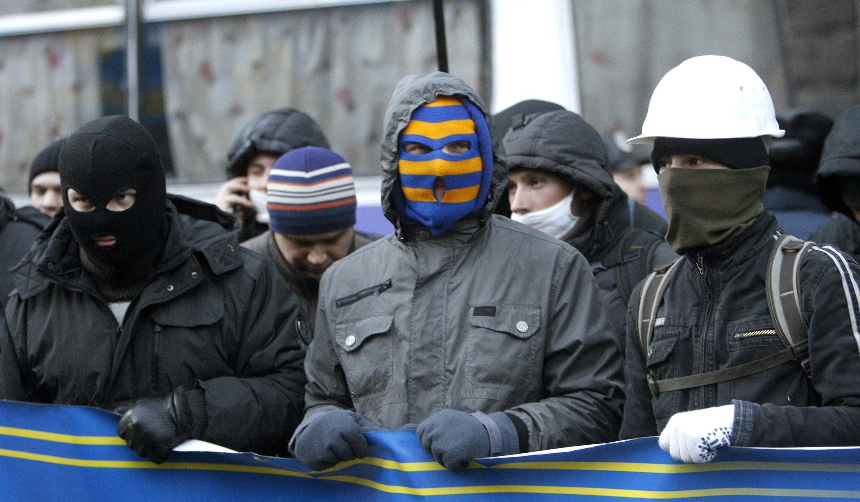 Des manifestants devant le siège du gouvernement, à Kiev, ce lundi 2 décembre 2013.
