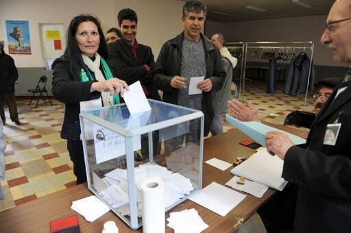 Chafia Mentalecheta, chef du Parti UFDS, l'Union des forces démocratiques et sociales, vote pour les législatives algériennes le 8 mai 2012.