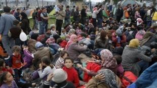 پناهندگان در انتظار گذشتن از مرز یونان-مقدونیه. یکشنبه ۱۶اسفند/ ۶ مارس ٢٠۱۶