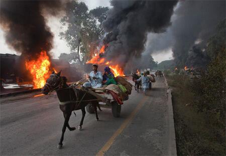 Moja ya gari la mafuta la NATO likiwaka moto baada ya kushambuliwa nchini Pakistan