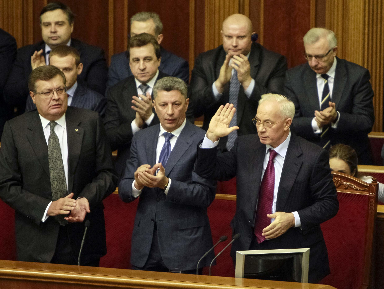 Thủ tướng Ukraina Mykola Azarov (hàng dưới, phải) nói chuyện với các nghị sĩ, Nhà Quốc hội, Kiev, 03/12/2013.