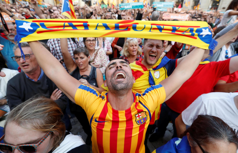 Des manifestants laissent éclater leur joie à Barcelone après que le Parlement catalan a déclaré l'indépendance de la Catalogne, le 27 octobre 2017.