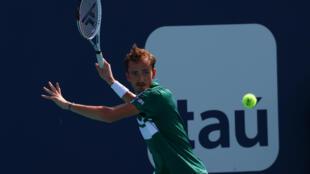 El ruso Daniil Medvedev devuelve una pelota en el choque del domingo ante el australiano Alexei Popyrin en el Abierto de Miami.