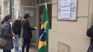 Eleitores brasileiros chegam ao local de votação, no centro de Paris