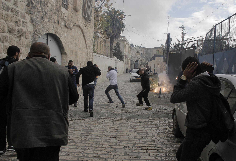 Jerusalém vive novo dia de tensões com confrontos na Esplanada das Mesquitas.