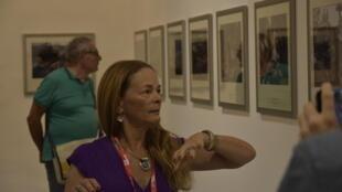 """Paula Bronstein durante a visita guiada da exposição """"Apatridas, abandonados e rejeitados: a crise dos Rohingyas"""" no âmbito do festival Visa pour l'Image 2018."""