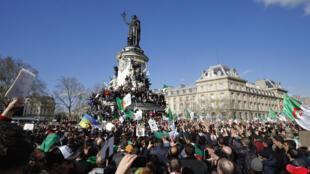 Plus de 10 000 manifestants se sont rassemblés place de la République, à Paris, contre le 5e mandat d'Abdelaziz Bouteflika, le 10 mars 2019.