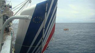Un trozo del avión A330 de Air France, que se estrelló el 1 de junio de 2009 cuando estaba en pleno vuelo sobre el océano Atlántico hacia Rio de Janeiro, en una imagen difundida el 9 de junio de 2009 por la marina brasileña