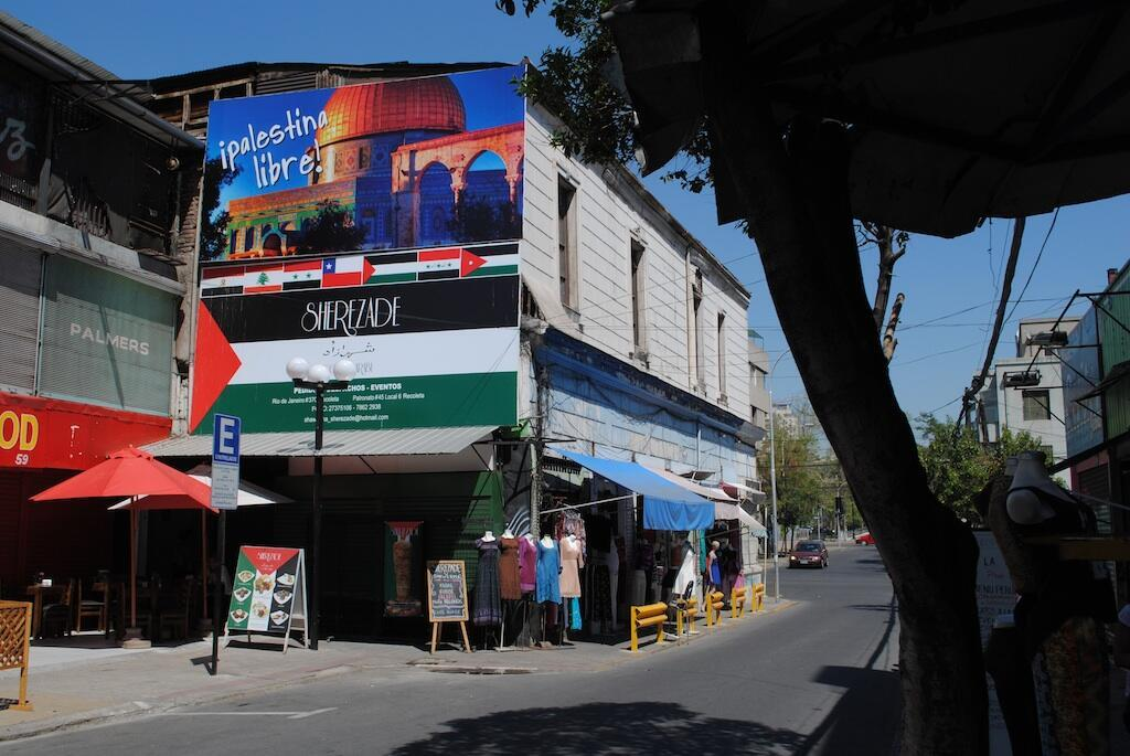 Dans la rue marchande de Recoleta, les drapeaux palestiniens flottent sur les devantures des vitrines.