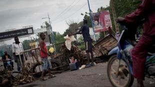 Des manifestants hérissent des barricades à Bamako, le 11 juillet 2020.