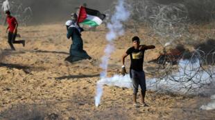 Exército de Israel lança bombas de gás lacrimogênio contra manifestantes palestinos na Faixa de Gaza. Foto de 13 de julho de 2018.