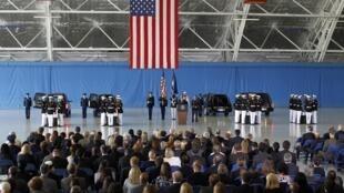 Corpos de embaixador e oficiais americanos chegam à base perto de Washington para homenagem em presença do presidente Barack Obama e parentes das vítimas