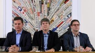 De gauche à droite Juan Carlos Cruz, James Hamilton et Jose Andres Murilli, des victimes d'abus sexuels chiliens, tiennent une conférence de presse à l'Association de la presse étrangère à Rome le 2 mai 2018.