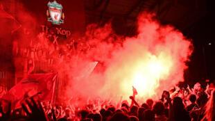 Torcedores do Liverpool celebraram o título de campeão inglês depois de uma espera de 30 anos.
