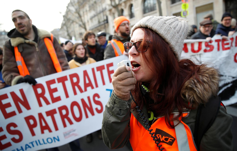 نمایی از تظاهرات مخالفان با طرح اصلاح نظام بازنشستگی در فرانسه.