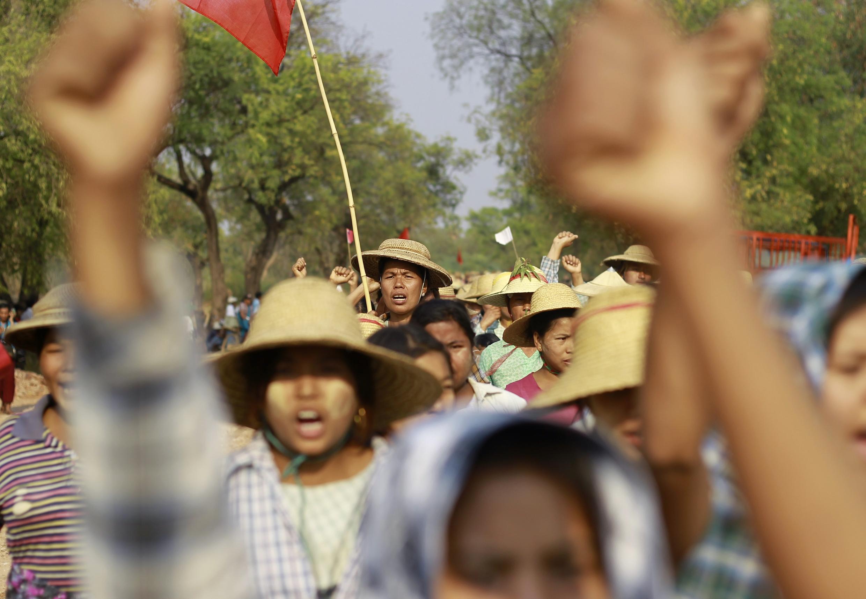 Dân làng biểu tình chống dự án mỏ đồng của Trung Quốc tại Sarlingyi nhân chuyến viếng thăm của bà Aung San Suu Kyi ngày 13/03/2013.