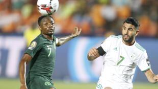 Le Nigérian Ahmed Musa et l'Algérien Riyad Mahrez, le 14 juillet 2019 lors de la CAN en Égypte.
