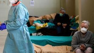 Pacientes em um hospital de Brescia, na Itália, 13 de março de 2020. O país prepara testes serológicos para sair do confinamento.